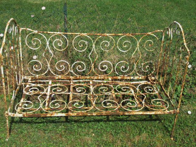 Lit en fer forgé décoration jardin jardinière banquette